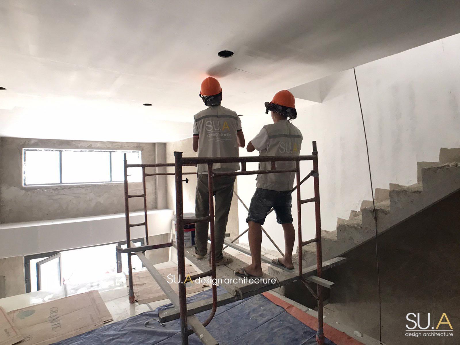 thi công thô và trét sơn tường